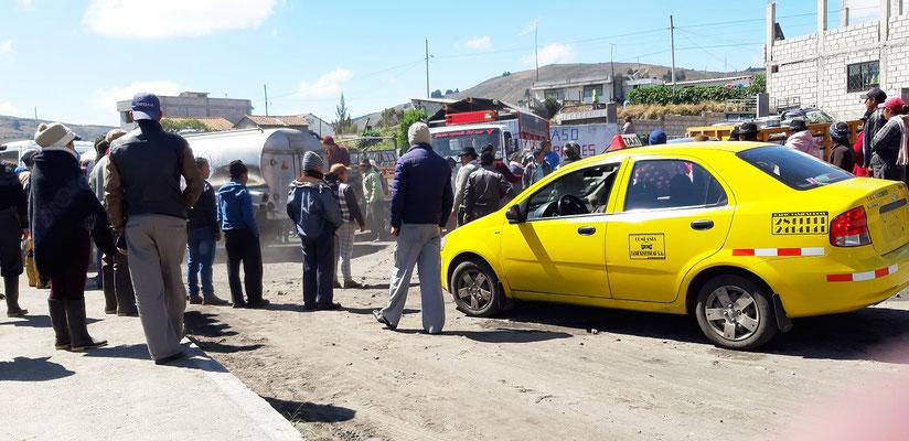 Strassenblockade mit Autos, Lastwagen....