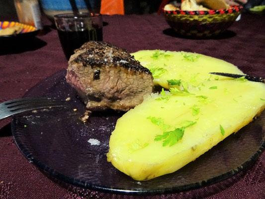 Guanako-Steak mit Butterkartoffeln