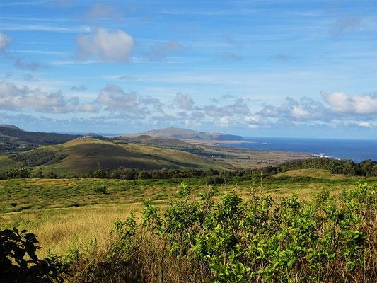 Blick vom Vulkan Rano Kau zum Vulkan Puakatiki am anderen Ende der Insel