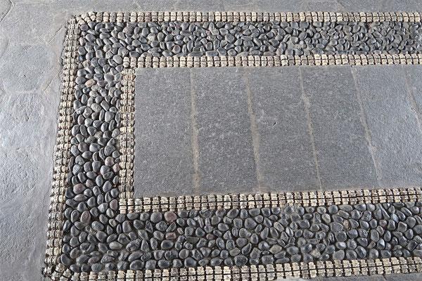 ....mit Einlegearbeiten aus Steinen und Rückgrad-Wirbeln