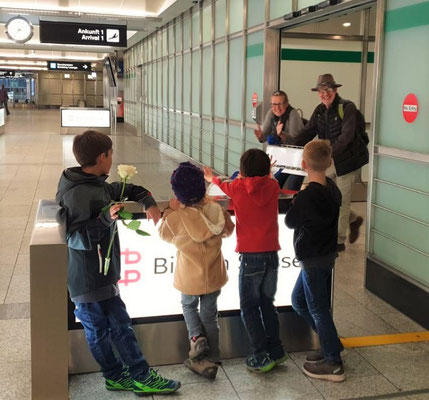 Freudige Überraschung für uns am Flughafen - unsere Enkel warten auf uns :o))