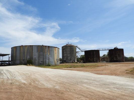Hier wird die Melasse der nahen Zuckerrohrfabrik gelagert....