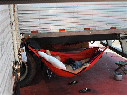 ....schlafen in der Hängematte unter den Lastwagen