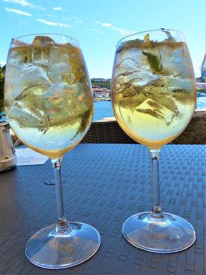 Portotónico - Der erfrischende Apéro besteht aus 1/3 weissem Portwein, 2/3 Tonic Water, viel Eis und Zitronenzesten