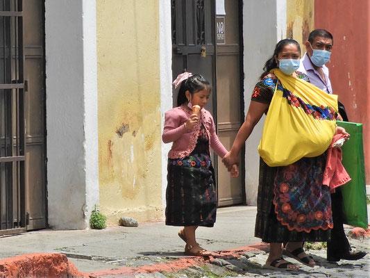 Guatemaltekische Familie in typischer Tracht