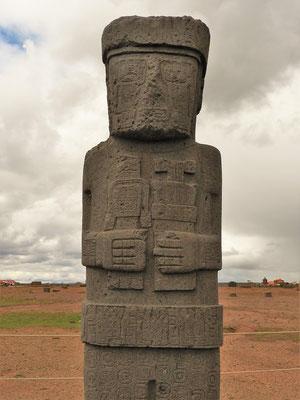 Diese Statue wurde 1957 ausgegraben und misst 3.05 m