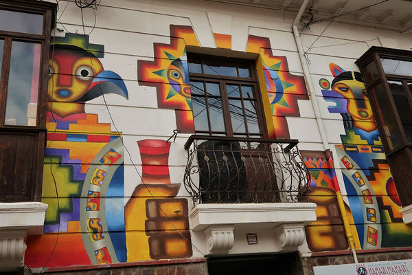Bemalte Hausfassade des berümtesten bolivianischen Künstlers - Roberto Mamani Mamani