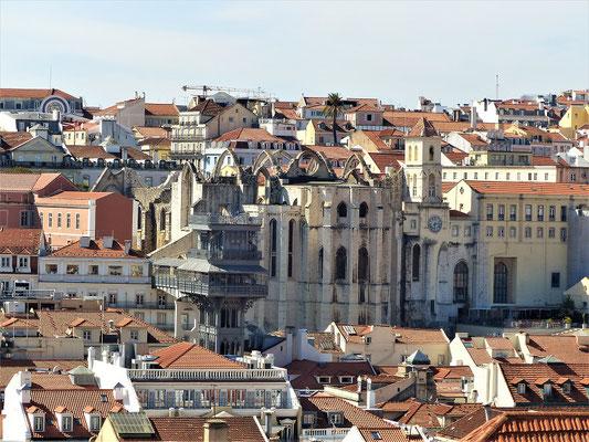 ....oben Blick auf Elevador/Aufzug de Santa Justa und Convento/Kloster do Carmo 1389 erbaut, 1755 stürzte bei einem Erdbeben das Dach ein.......