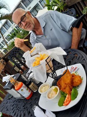 Endlich einmal nicht Reis und Bohnen - Fisch und Chips im Radisson Hotel