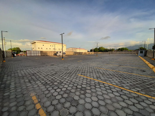 Wir werden herzlich von Daysi - Manager des Plaza Comercial Granada - begrüsst und dürfen hier übernachten