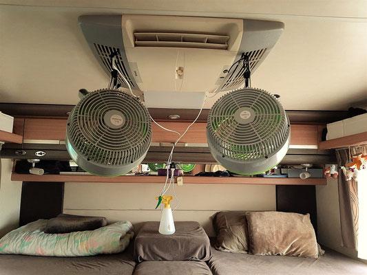 Da unsere Klimaanlage endgültig nicht mehr zu retten ist, hat Röbä uns einen Ersatz gebastelt. Ventilatoren mit Wassersprühnebel ;o))