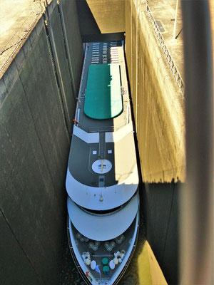 ....das Dach wird gesenkt und jetzt passt es  auf den Millimeter genau....