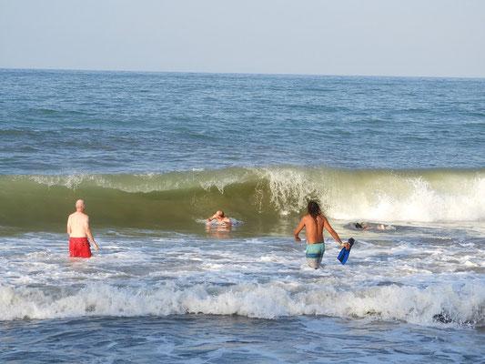 Die Männer getrauen sich in die hohen Wellen
