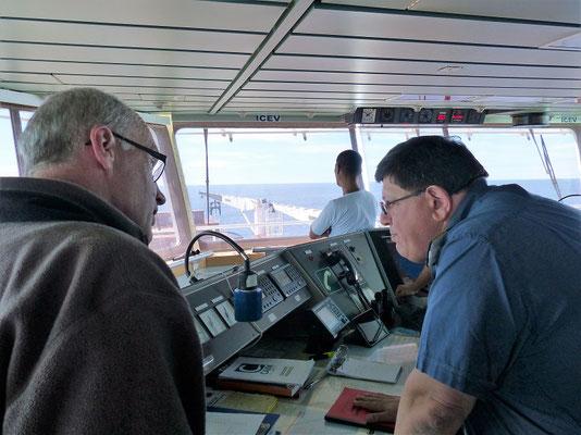 Besichtigung der Brücke - 'Comandante Minotauro' erklärt Röbä das Steuerpult