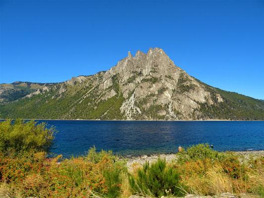 Weiter geht es dem Lago Nahuel Huapi entlang....