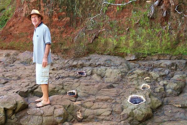 Vom  Basalt eingefasste Amethyst- und Quarzdrusen