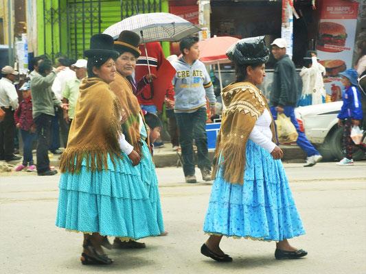 Frauen in traditionellen Kleidern und Bowler-Hut....