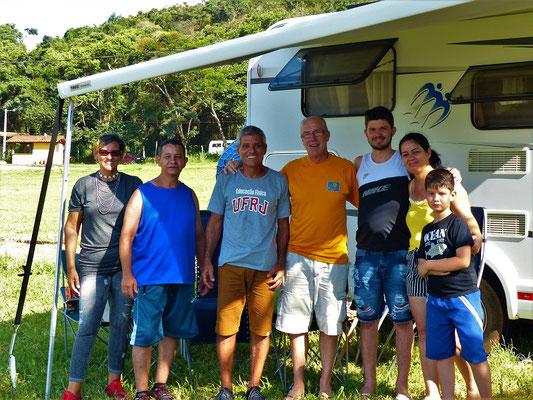 Cynthia und Cleber - USA-Brasilianer - und eine Familie vom Dorf besuchen uns.