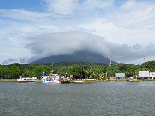 Einfahrt in den Hafen von Moyogalpa....