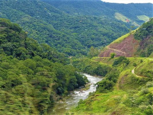 Durch ein enges Tal geht es nach Nova Friburgo