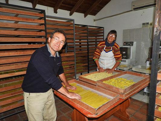 Regula und Jörg sind fleissig am Teigwaren herstellen