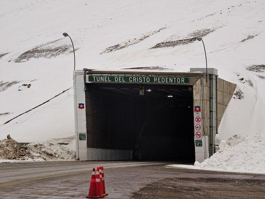 In der Tunnelmitte die Grenze Chile-Argentinien