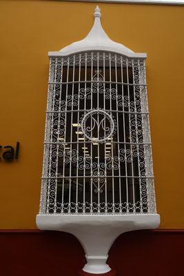 ....mit den typischen kunstvollen Fenstergittern....