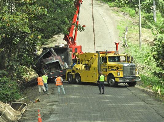 Ein Lastwagen muss nach einem Unfall geborgen werden - dem Fahrer soll es laut Polizist gut gehen!