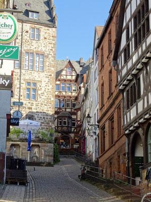 Rauf und runter durch viele Gassen mit Fachwerkhäusern in Marburg