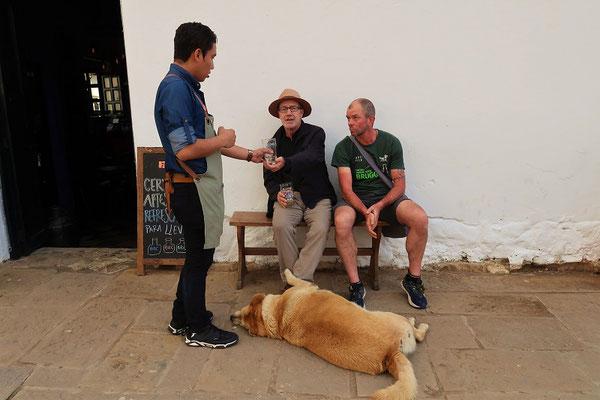 Ein Bierchen und ein Schwatz mit Hint - belgischer Biker für drei Monate in Kolumbien