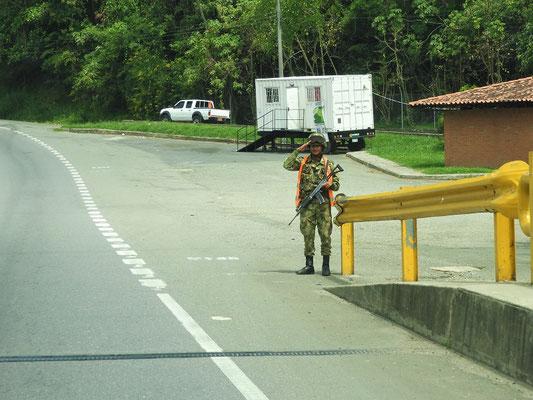 Wir durchfahren mehrere Militär-Kontrollpunkte und es wird immer salutiert!!