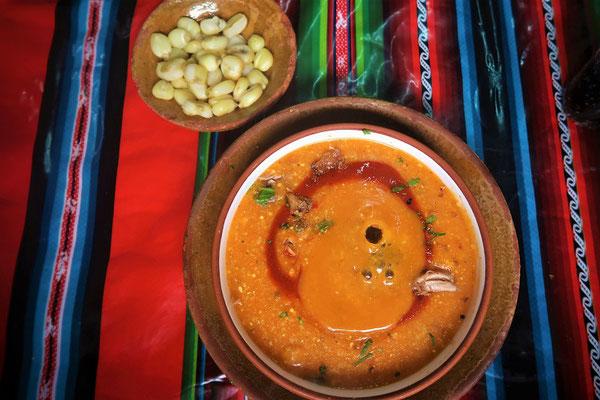 Sopa Kalaphurka - in der Suppe liegt ein heisser Lavastein