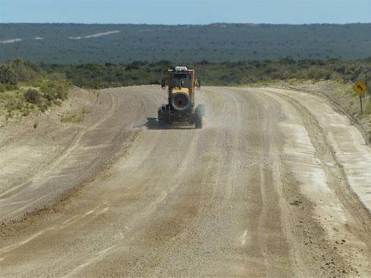 Die Naturstrasse muss regelmässig geglättet werden