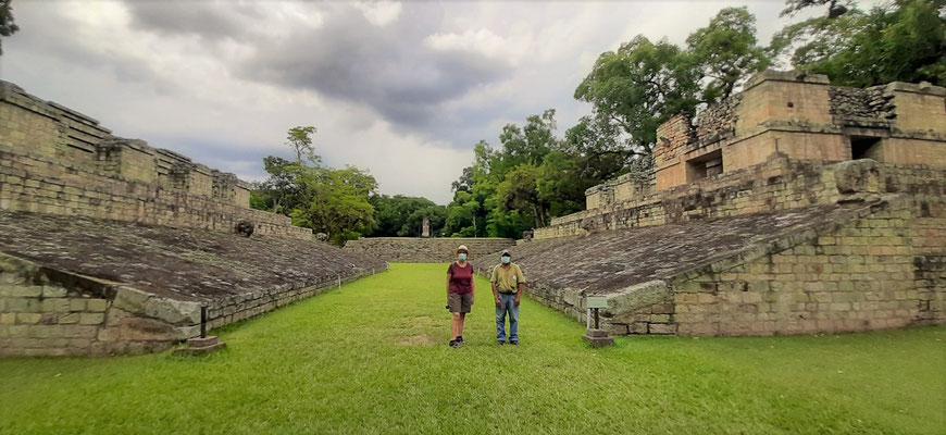 Zweitgrösster Ballspielplatz der gesamten Maya-Welt. Man vermutet, dass die Spieler den harten Ball mit ihren Schultern, Schenkeln oder Hüften in der Luft halten mussten....