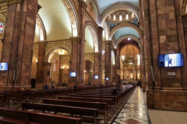 Kirche mit Platz für 10'000 Gläubige - die Messe wird via Bildschirme übertragen