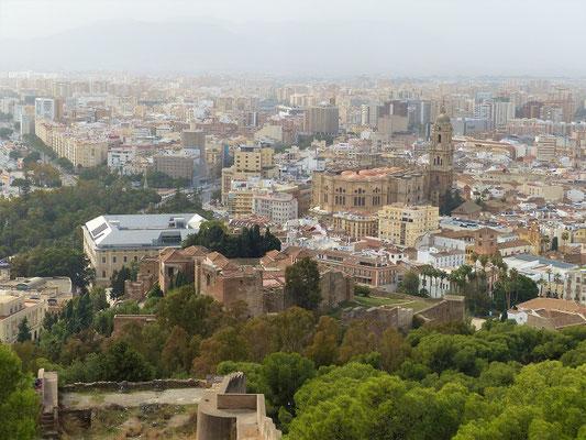 Blick auf Alcazaba und Kathedrale von der Burg aus
