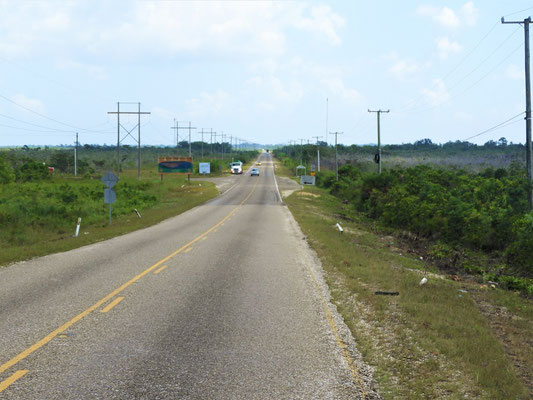 Praktisch ohne Kurve geht's bis nach Belize City