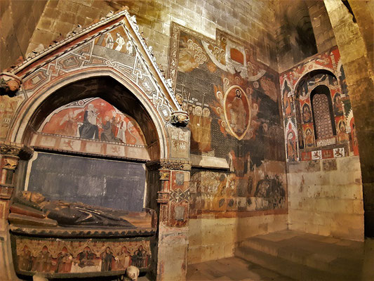 ... mit mittelalterlichen Gräbern und Wandgemälden...