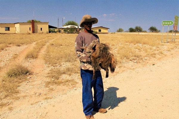 Ein Farmer mit einem toten Cerval