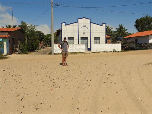 Dorfplatz von Atins mit Kirche....