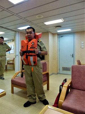 Wir bekommen Informationen über die 'Safety Procedures' an Bord