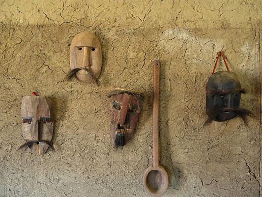 Die Masken stellen Spanier dar und wurden bei traditionellen Tänzen getragen