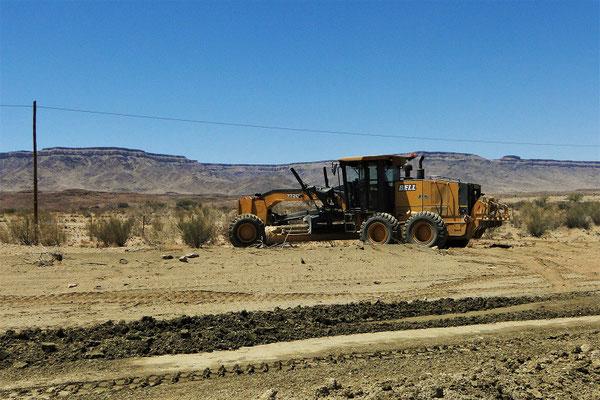 Zum Glück werden die Naturstrassen von diesen riesigen Maschinen in Schuss gehalten!