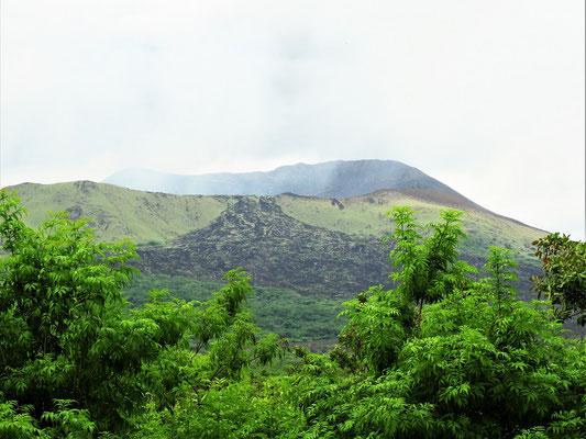 Der Vulkan Masaya rauchend bei Tag....