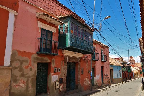 Alte Kolonialhäuser mit den typischen Holzbalkonen und den verzierten Eingangsportalen