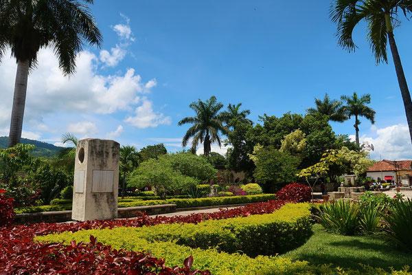 ....mit der schönen Gartenanlage