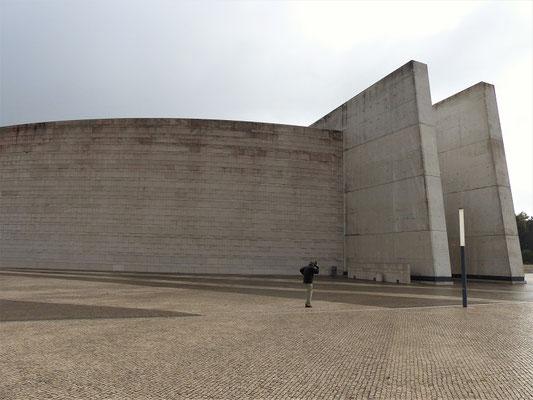 Die moderne Basilika der heiligen Dreifaltigkeit....