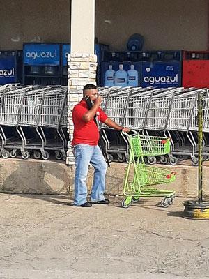 ....vor jedem Supermarkt steht ein Wachmann mit 'Knarre'