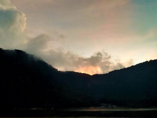 Sonnenuntergang hinter dem Krater