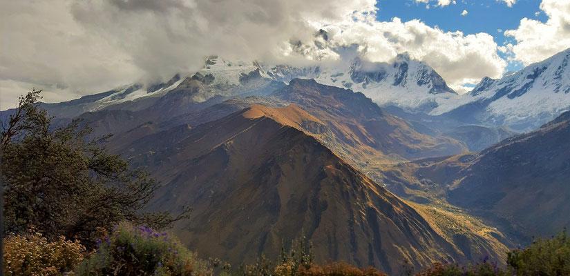 Blick auf den Wolken verhangenen Huascarán Sur 6768m